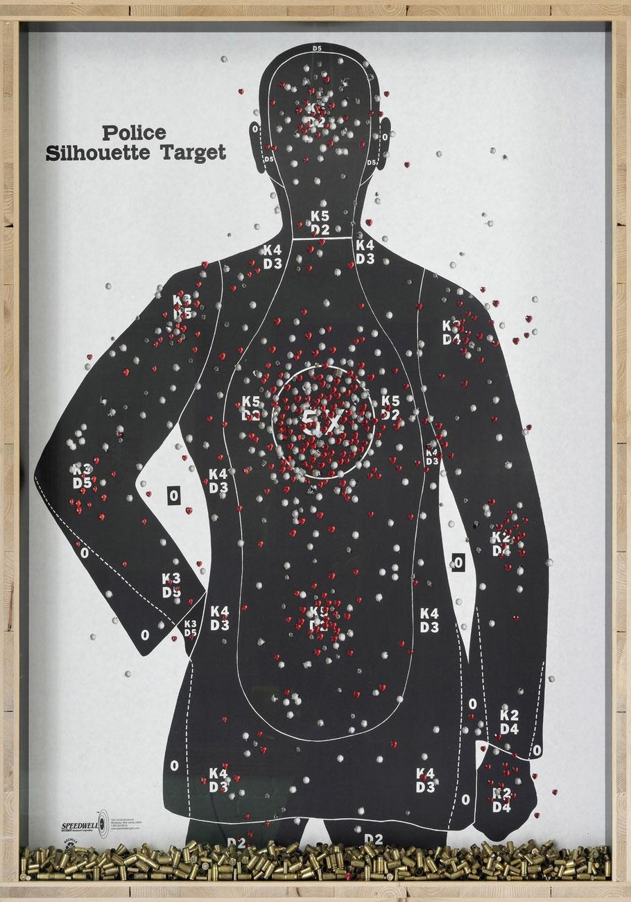 STONEMAN Schaukasten: Gewalt 2011 / Police Targett - Poster, Pistolenkugelhülsen, Plastikherzen. Holz Glas B 90 H 118 T 10 cm