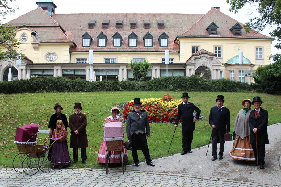 Biedermeiergruppe vor dem Kurhaus