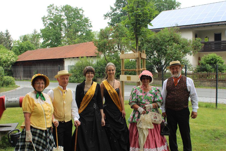 Gruppenfoto mit den Kohlenhofköniginnen