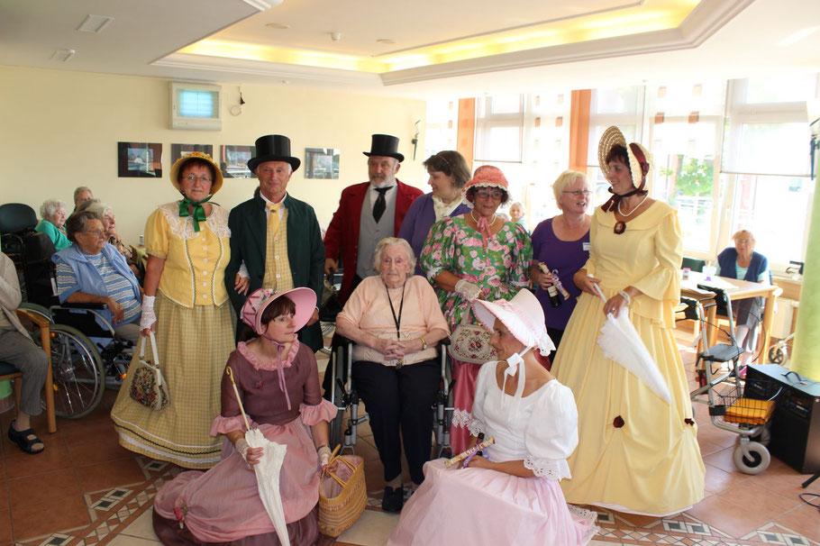 Großes Gruppenfote der Biedermeier mit einigen Senioren
