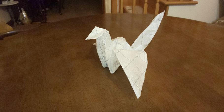 中学生がナプキンで作った折り鶴。