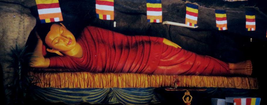 Liegender Buddha, Nallathanni  (am Fuß des Adams Peaks),  Zentrales Hochland, Sri Lanka