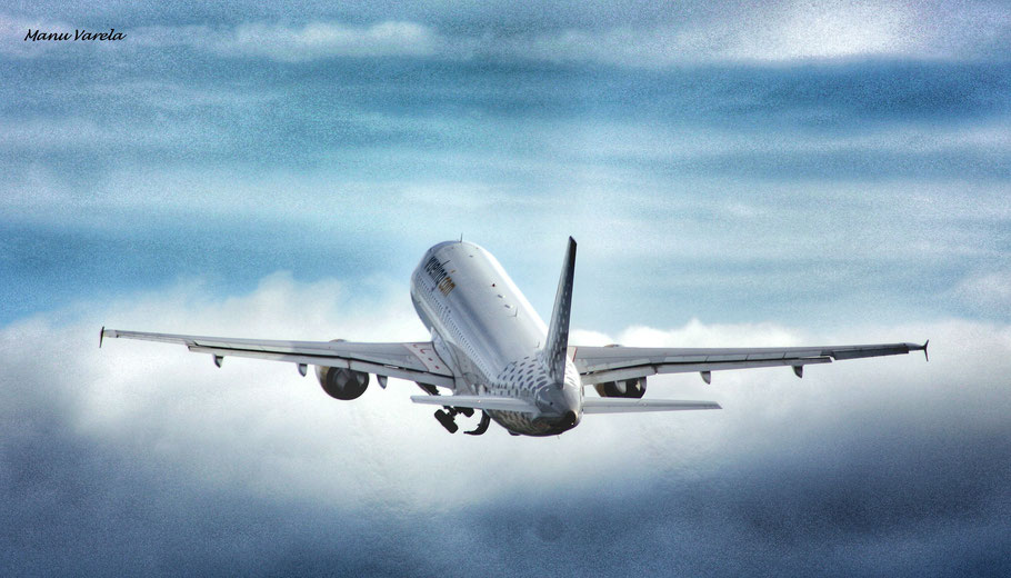 A320 Vueling en despegue 03 LCG