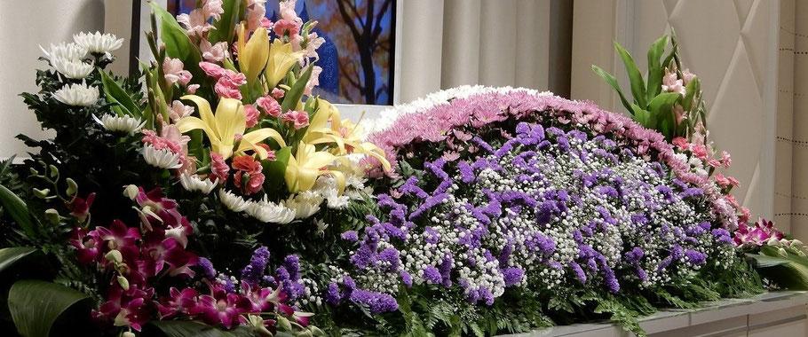 もちろん、ご希望があれば、このようなお花も教会に準備いたします。遠慮なくご相談ください。2019年秋、私たち教会員の方の時のお花です。