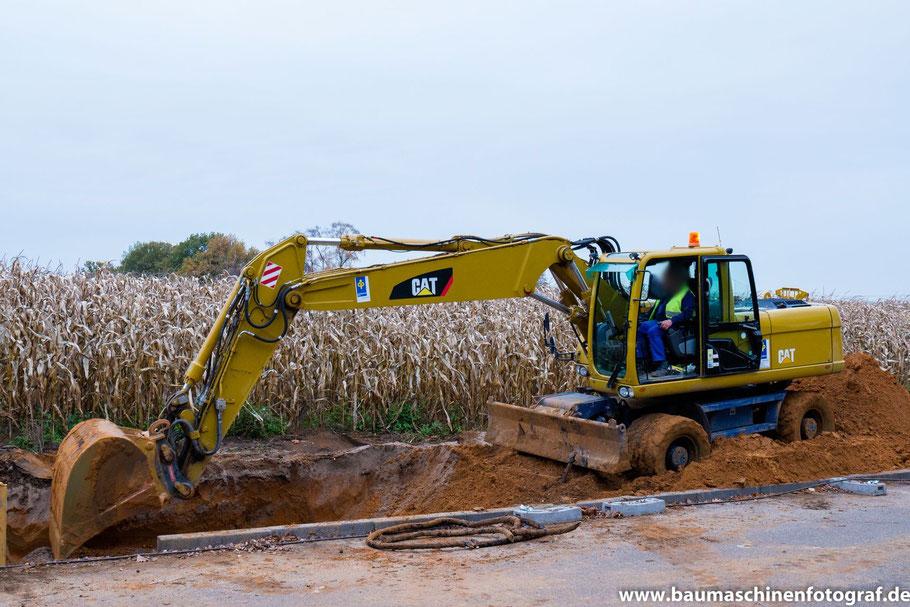 CAT M318D+ von Depenbrock beim Ausschachten des Grabens für die Fernwärmeleitungen ...