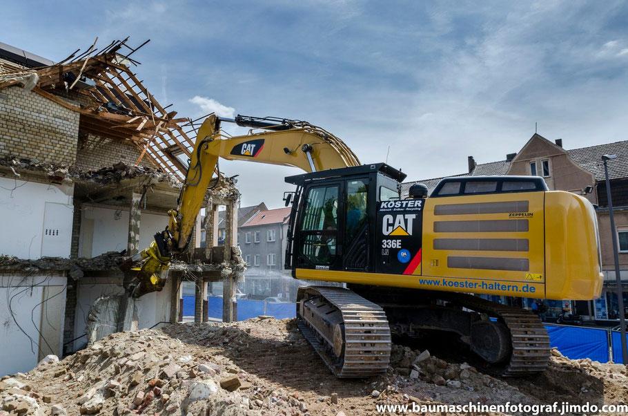 Cat 336 E der Firma Köster Abbruch beim maschinellen Rückbau des Volksbankgebäudes in Marl Hüls