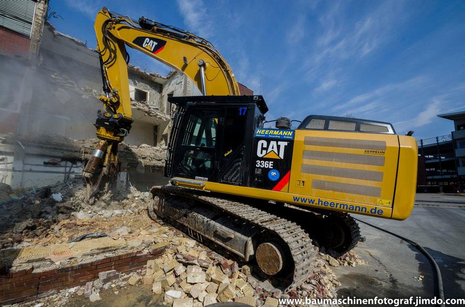 Der Cat 336 E der Firma Heermann ist mittlerweile dabei den alten Verwaltungstrakt der Paracelsiusklinik in Marl abzubrechen