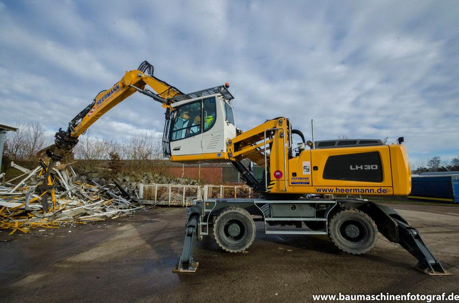 Liebherr LH30 Industrie mit OilQuick der Firma Heermann Abbruch