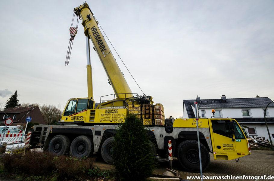 Ein Terex AC200/1 der Firma Wiemann ist zum Ausheben der Tunnelbohrmachine an der Sickingmühlerstraße eingetroffen