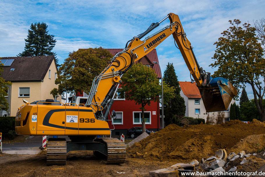 Ein Liebherr R936 der Firma H&W Tiefbau aus Marl bei der Erschließung des Neubaugebietes 'Haardschule' in Marl