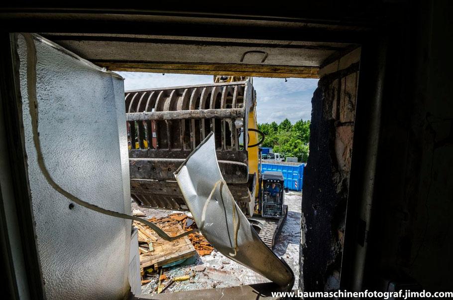 Einmal bitte das Fenster öffnen. Logenplatz auf der Abbruchbaustelle Opel Autohändler in Marl!