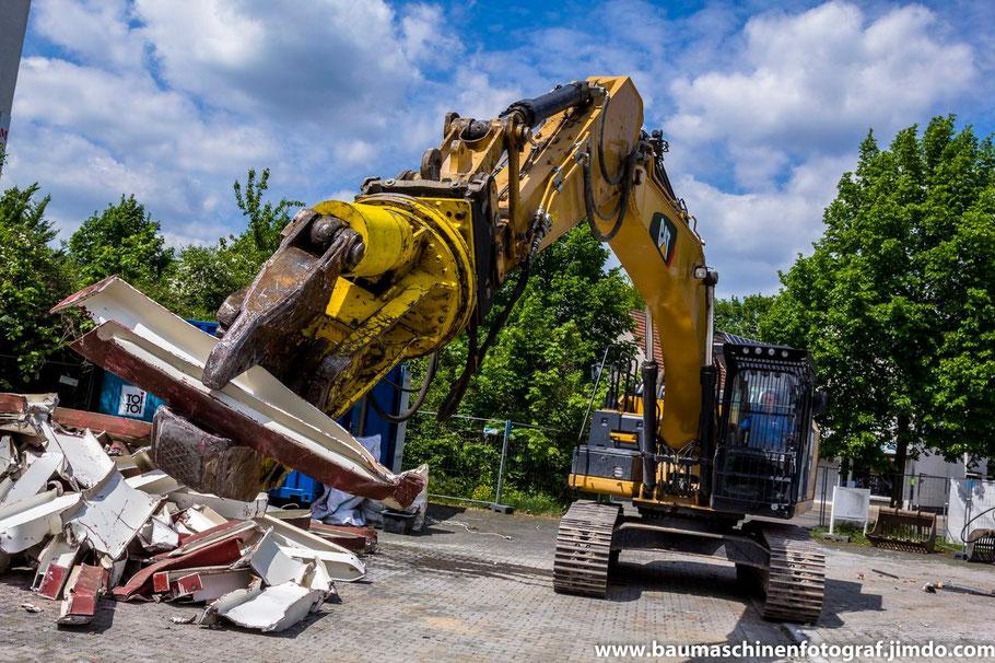Mit dem Abbruch des Opel Autohändlers in Marl Hüls geht es gut vorran. Wie ein Hund mit seinem Knochen im Maul, so kneift der Cat 329E die angefallenen Stahlträger in mundgerechte Stücke ...
