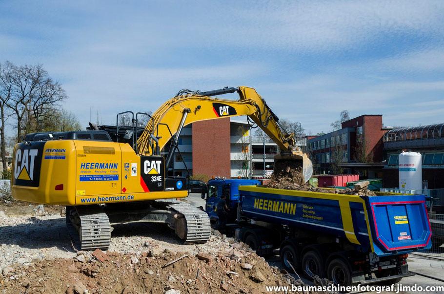 Cat 324 E der Firma Heermann beim Verladen von dem Bauschutt des ehemaligen Verwaltungstraktes der Paracelsiusklinik