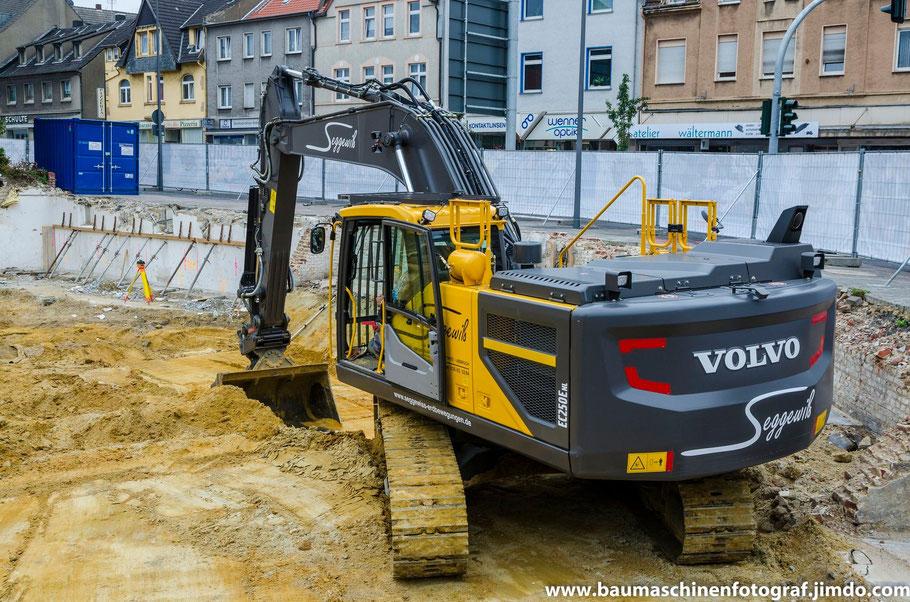 Volvo EC 250 E mit OilQuick der Firma Seggewiß Abbruch bei den anschließenden Erdarbeiten nach dem Abbruch des Volksbankgebäudes in Marl