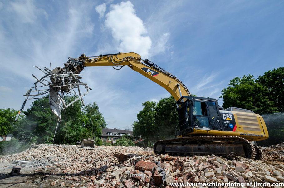 Cat 336 E der Firma Heermann beim Abbruch der ehemaligen Kirche St. Hedwig in Gelsenkirchen Resse