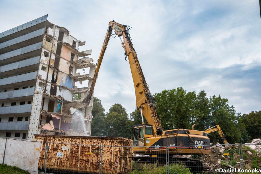 Der CAT 5080 Longfront von Bodo Freimuth gibt alles beim Abbruch der 3 Hochhäuser an der Max-Reger-Straße in Marl Hüls