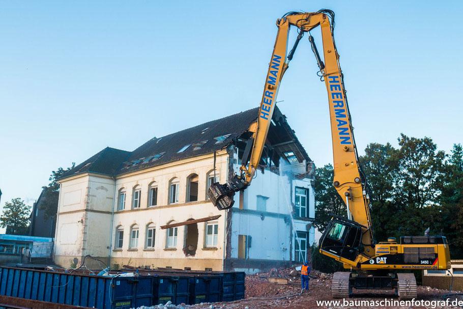 CAT 345 C UHD der Firma Heermann Abbruch beim Rückbau einer alten Schule in Velbert.