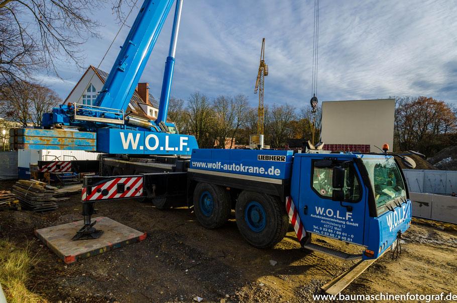 Liebherr LTM 1250-6.1 der Firma WOLF hebt Fertigbetonelemente für einen Keller