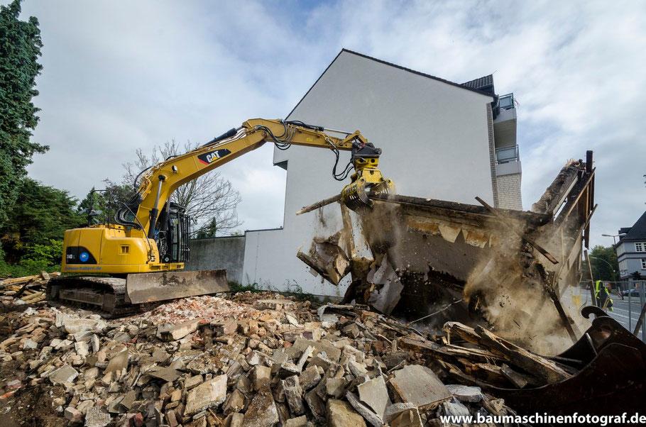 CAT 314D der Firma Köster Abbruch bei dem Rückbau eines alten Fachwerkhauses in Marl