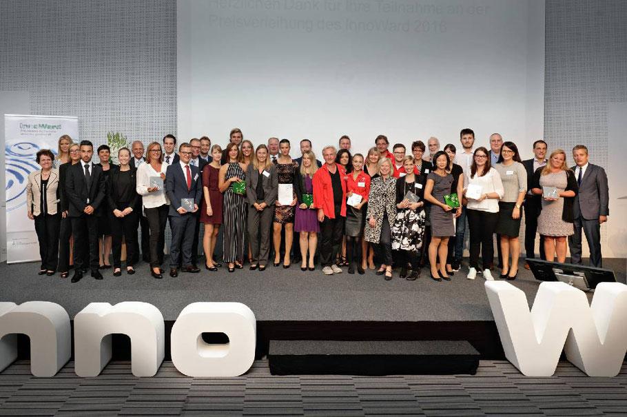 """Abschlussfoto mit allen Preisträgern des """"Innoward 2016"""""""