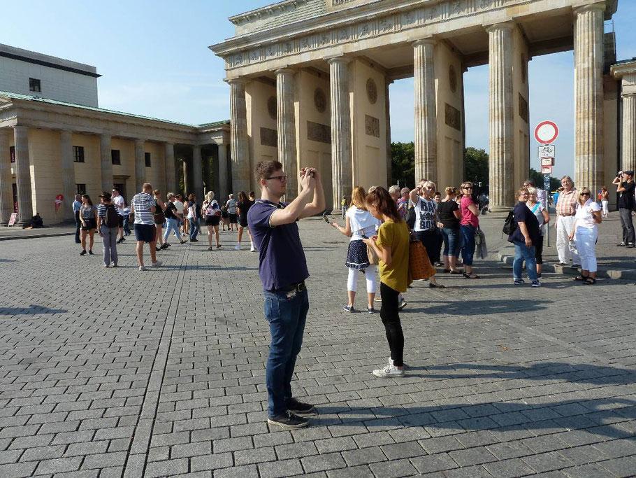 Am Folgetag nach getaner Arbeit das Tourismusprogramm: Ausflug zum Brandenburger Tor und ein Spaziergang durchs Parlamentsviertel