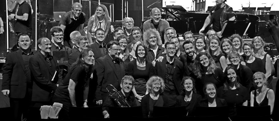der 21st Century Chorus zusammen mit Hans Zimmer, Brian May und Steve Vai
