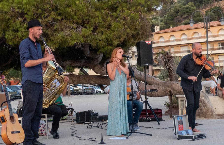 Photo (Jc Colletto). Massilia Gypsy Band. Musiciens à l'image : Sylvain Congès (clarinette) -Simon Sieger (tuba) - Léa Béchet (chant) - Manu Lépine ( guitare) -François Devun ( violon) . Le 23/08/2019.
