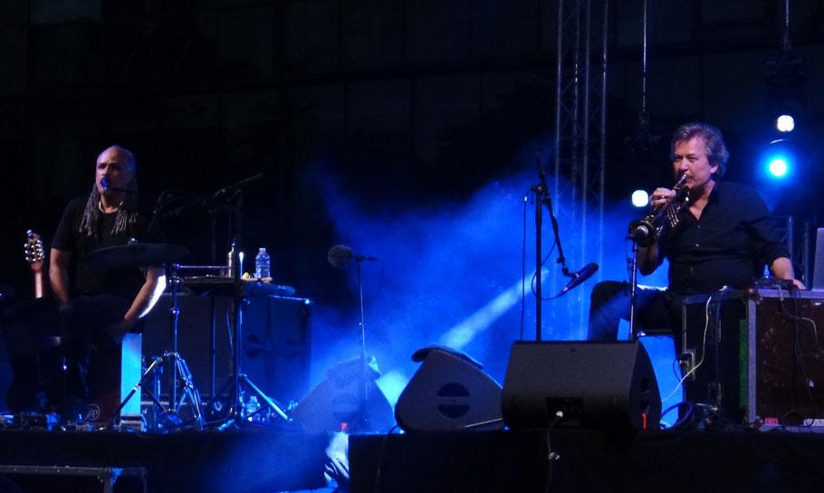 (Photo) Michel Keller. Musiciens à l'image Mino Cinelu (percussions, chant, guitare ) et Nils Petter Molvaer (trompette). Le 17/07/2019.