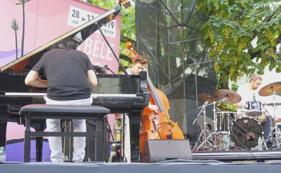 Photo (Jc Colletto).  Yannic Seddiki Trio. Musiciens à l'image : Yannic Seddiki (p), Yoann Bellefont (cb), Dimitri Delporte (dms). Le 29/06/2019.