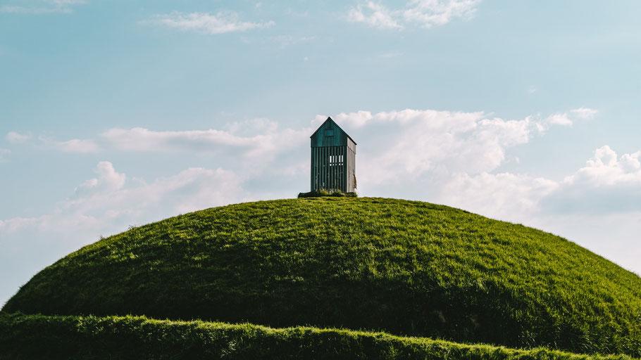 Eine Hütte steht auf einem kleinen Hügel. Bild von Robin Benzrihem auf Pixabay.