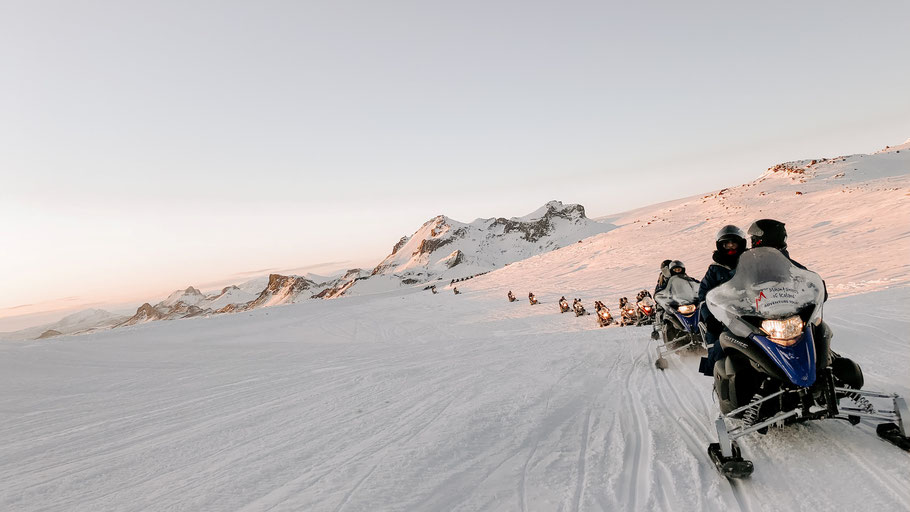 Gruppe von Quad-Fahrer:innen im Schnee. Bild von marketwake auf Unsplash.