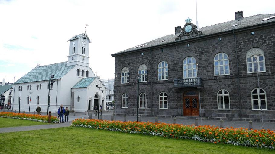 Blick auf das isländische Parlamentsgebäude. Bild von falco auf Pixabay.