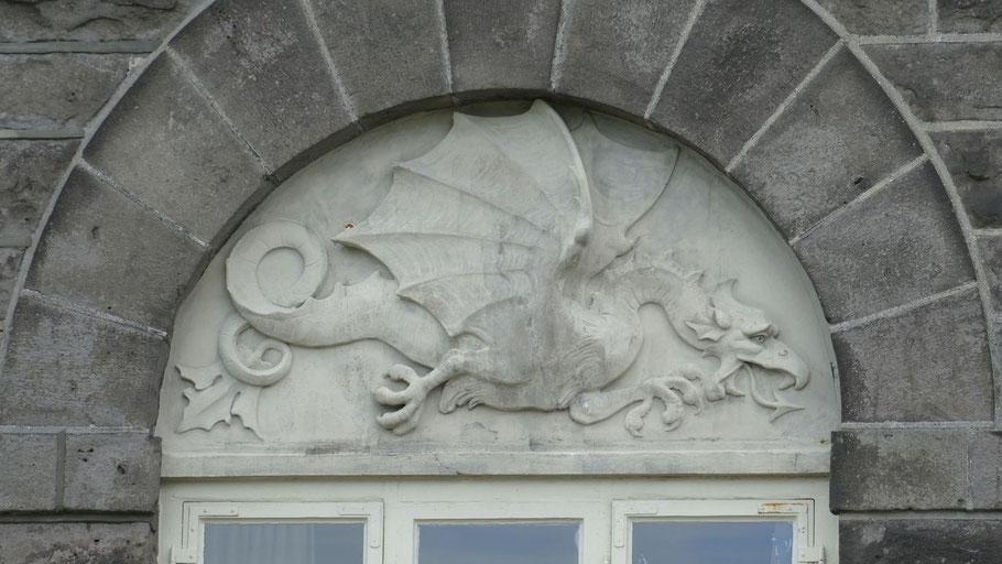 Fenster im Parlamentsgebäude. Bild von falco auf Pixabay.