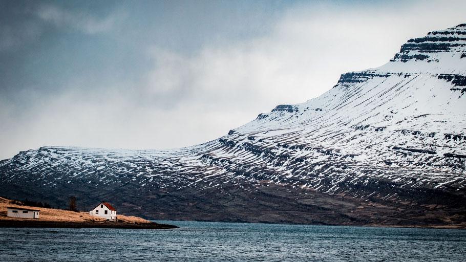 Einsames Haus am Rande eines Fjords. Bild von David Mark auf Pixabay.