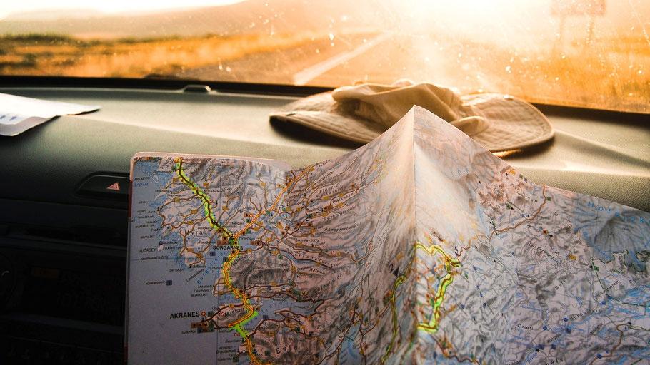 Island-Karte auf dem Beifahrersitz. Bild von julento photography auf Unsplash.