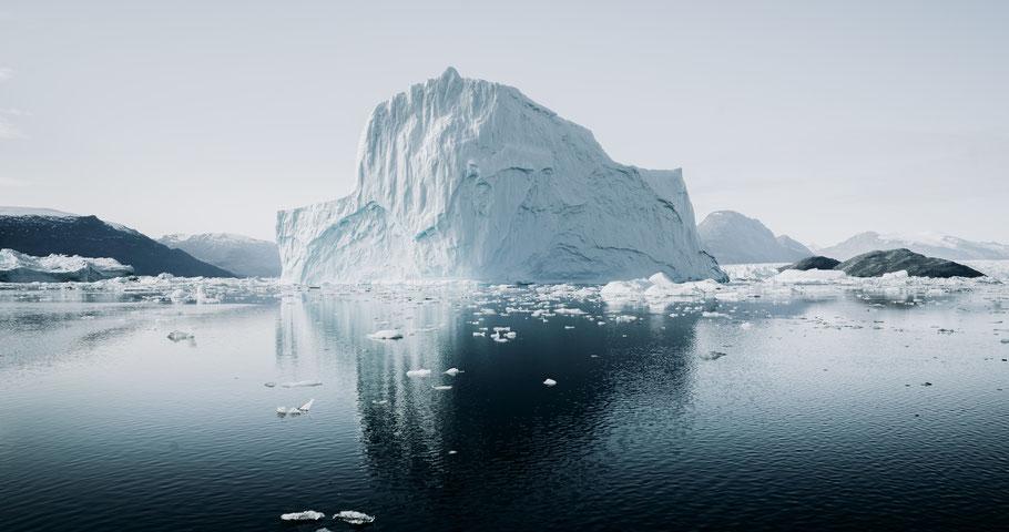 Gletscher umgeben von Wasser. Bild von Annie Spratt auf Unsplash.