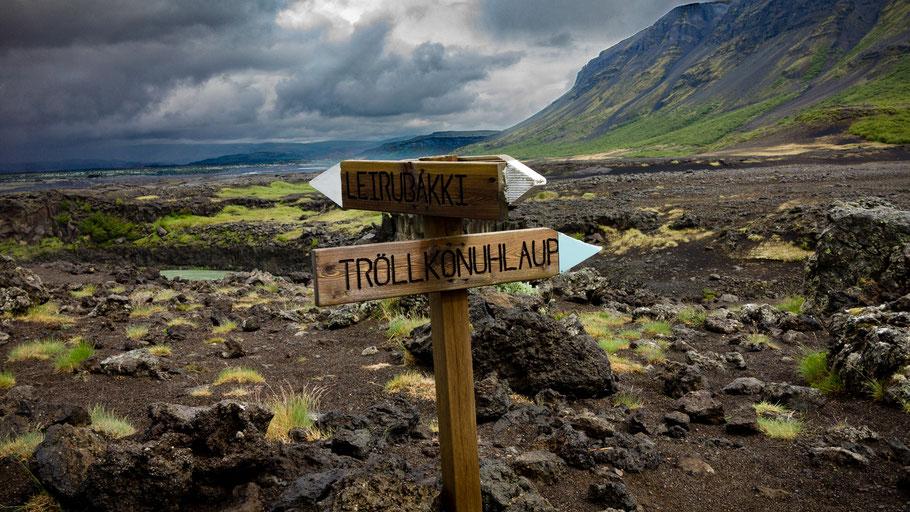 Wegweiser in Island. Bild von Einar H. Reynis auf Unsplash.