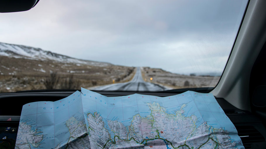 Karte von Island liegt in einem Auto. Bild von Tabea Damm auf Unsplash.