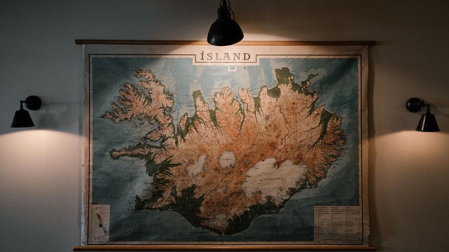 Islandkarte an der Wand. Bild von arthouse-studio auf Pexels.