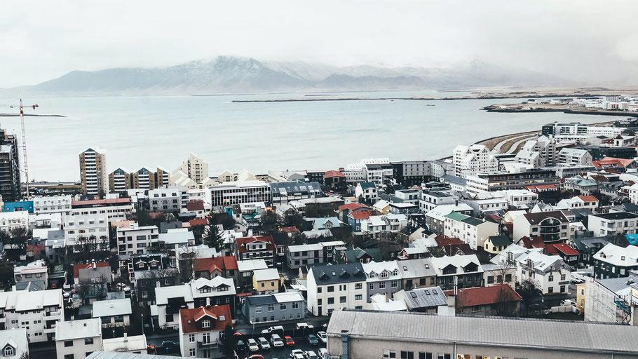 Luftaufnahme von Reykjavík mit Blick auf die Bucht. Bild von Annie Spratt auf Unsplash.