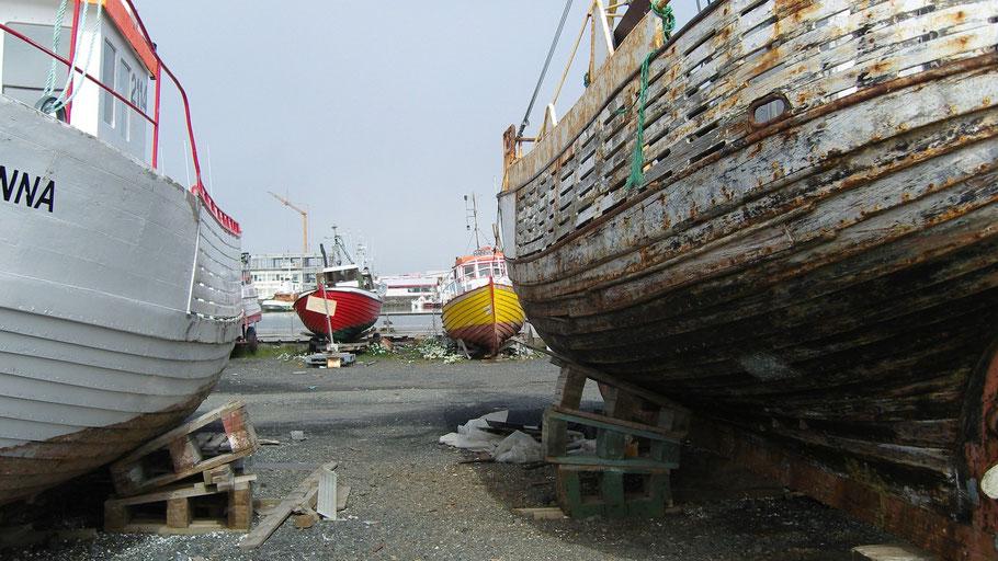 Aufgedockte Boote im Hafen. Bild von KarinKarin auf Pixabay.