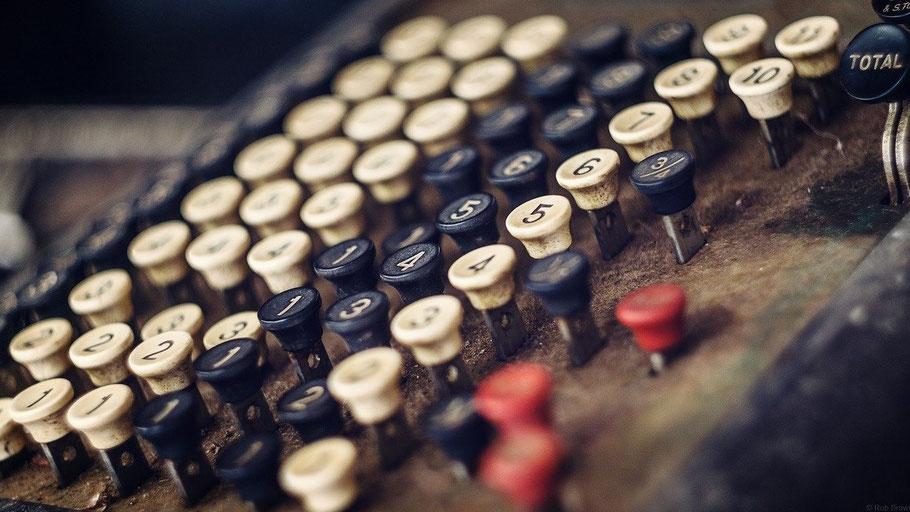 Alte Registrierkasse. Bild von Rob Brown auf Pixabay.