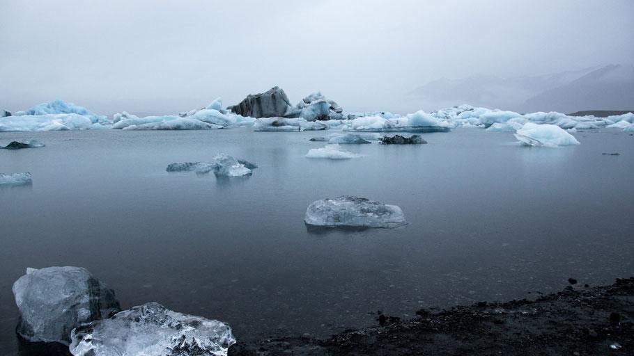 Gletschersee in Island. Bild von Davide Zeri auf Unsplash.