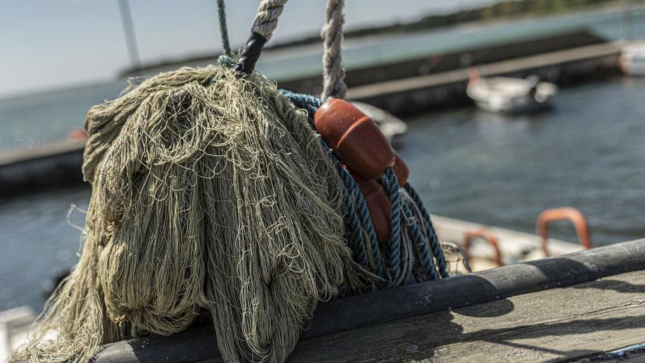 Fischer-Netz liegt im Hafen. Bild von Sinousxl auf Pixabay.