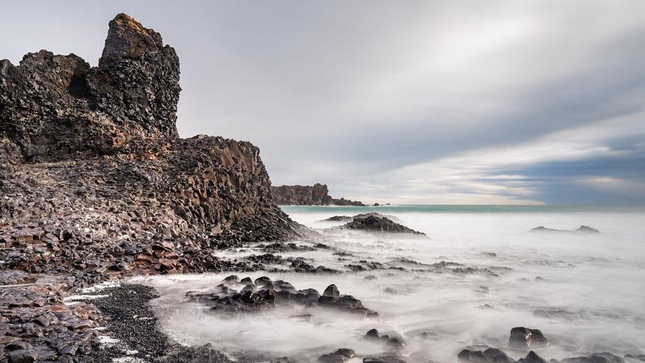 Basaltküste in Island. Bild von Ludovic Charlet auf Pixabay.