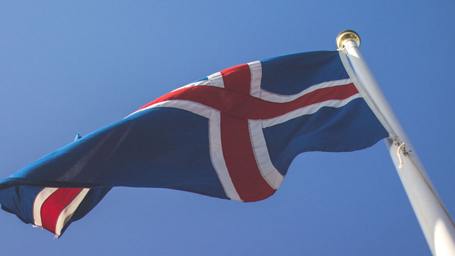Isländische Flagge. Bild von Simon Schmitt auf Unsplash.