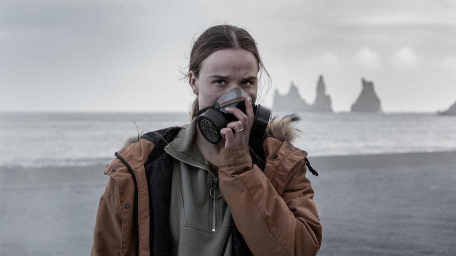 "Frau mit Atemmaske am Strand: Szenenfoto aus der Netflix-Serie ""Katla"". Bild von Lilja Jonsdóttir / Netflix."