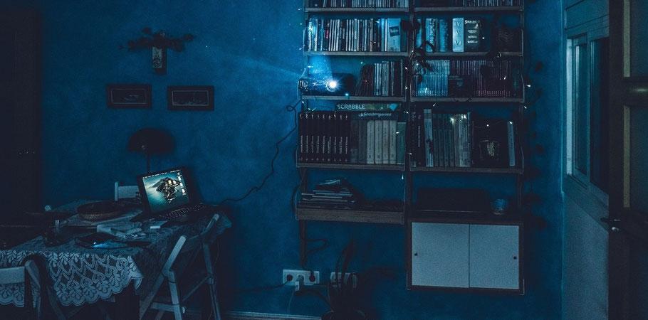 Videoprojektor im nächtlichen Wohnzimmer. Bild von Antonio Cansino auf Pixabay.