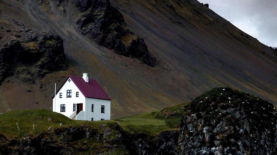 Einsames Gebäude an einem Berghang. Bild von Cassie Boga auf Unsplash.
