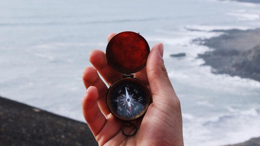 Kompass vor Landschaft in Island. Bild von Gerrett Sears auf Unsplash.